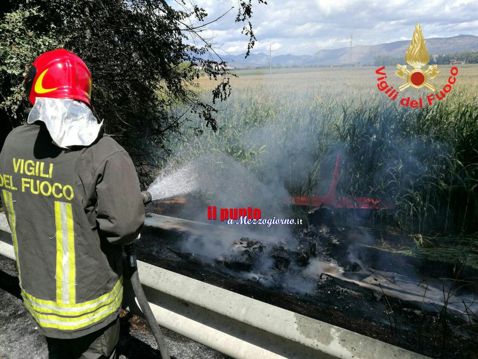 Aereo precipita e prende fuoco lungo via Appia, km90: 5 feriti, 2 gravi