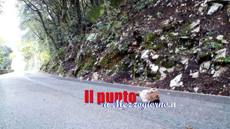 Grosso masso precipita sulla strada per Montecassino