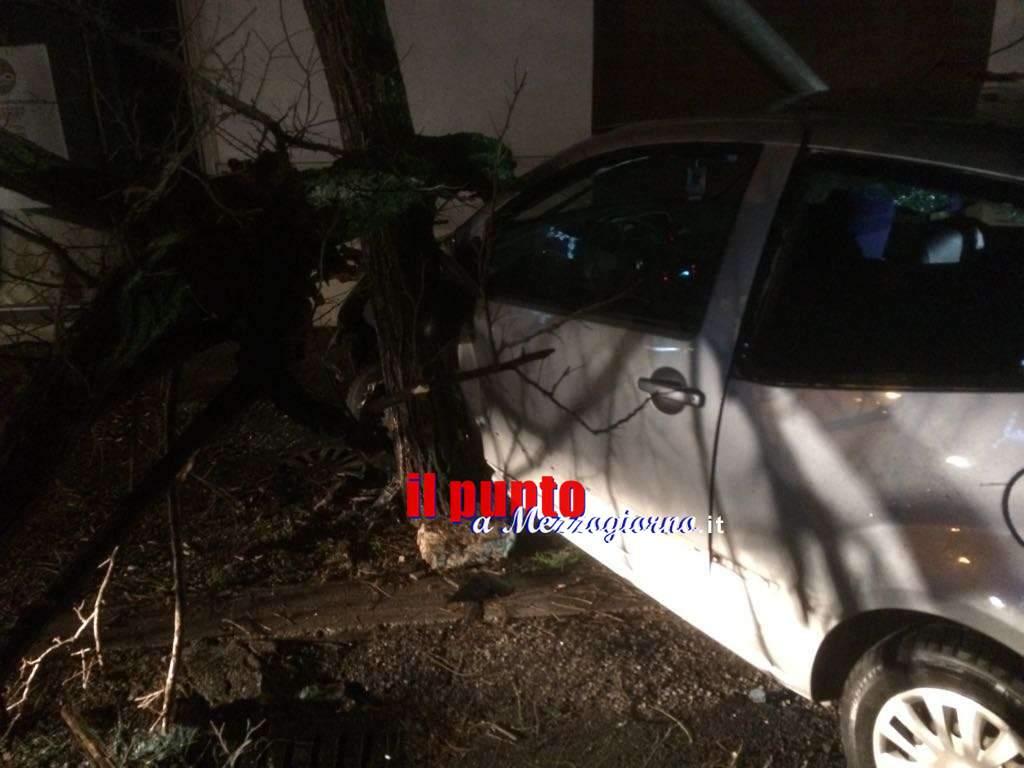Cassino, Incidente nella notte: auto finisce contro un albero. Un ferito