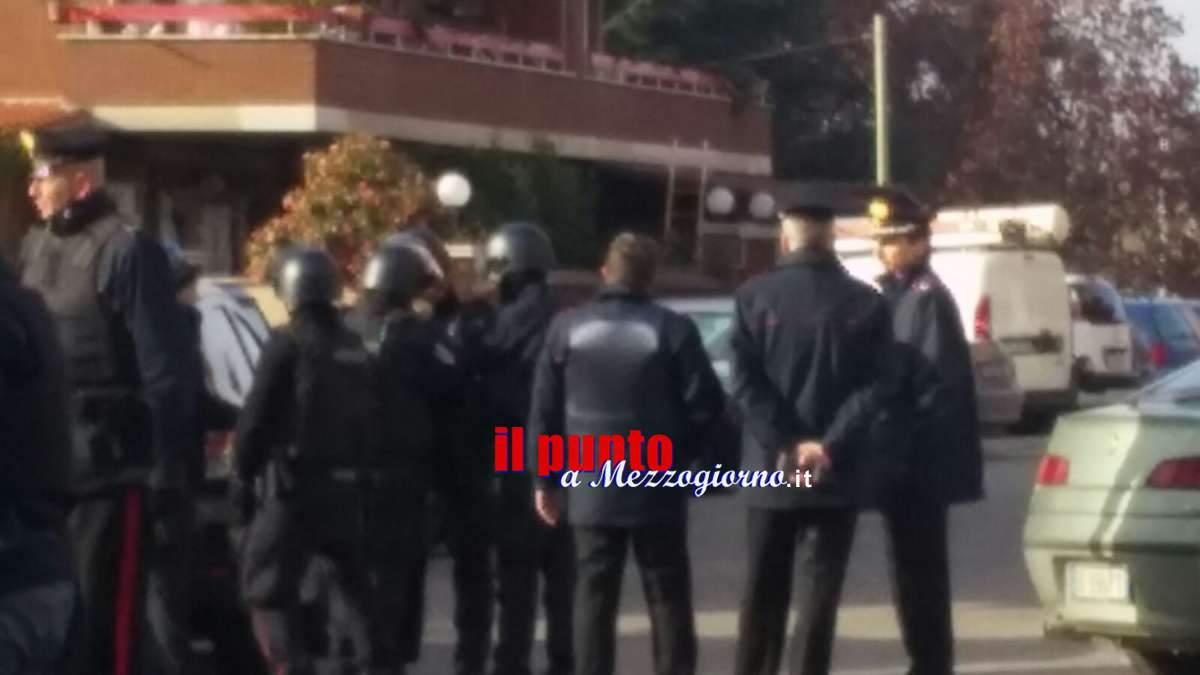 Tensione a Cisterna di Latina. Carabiniere continua a rimanere chiuso in casa con due bambine