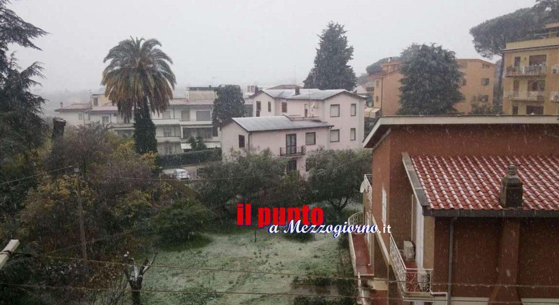 Nevicata in corso a Velletri, scuole restano aperte e strade percorribili