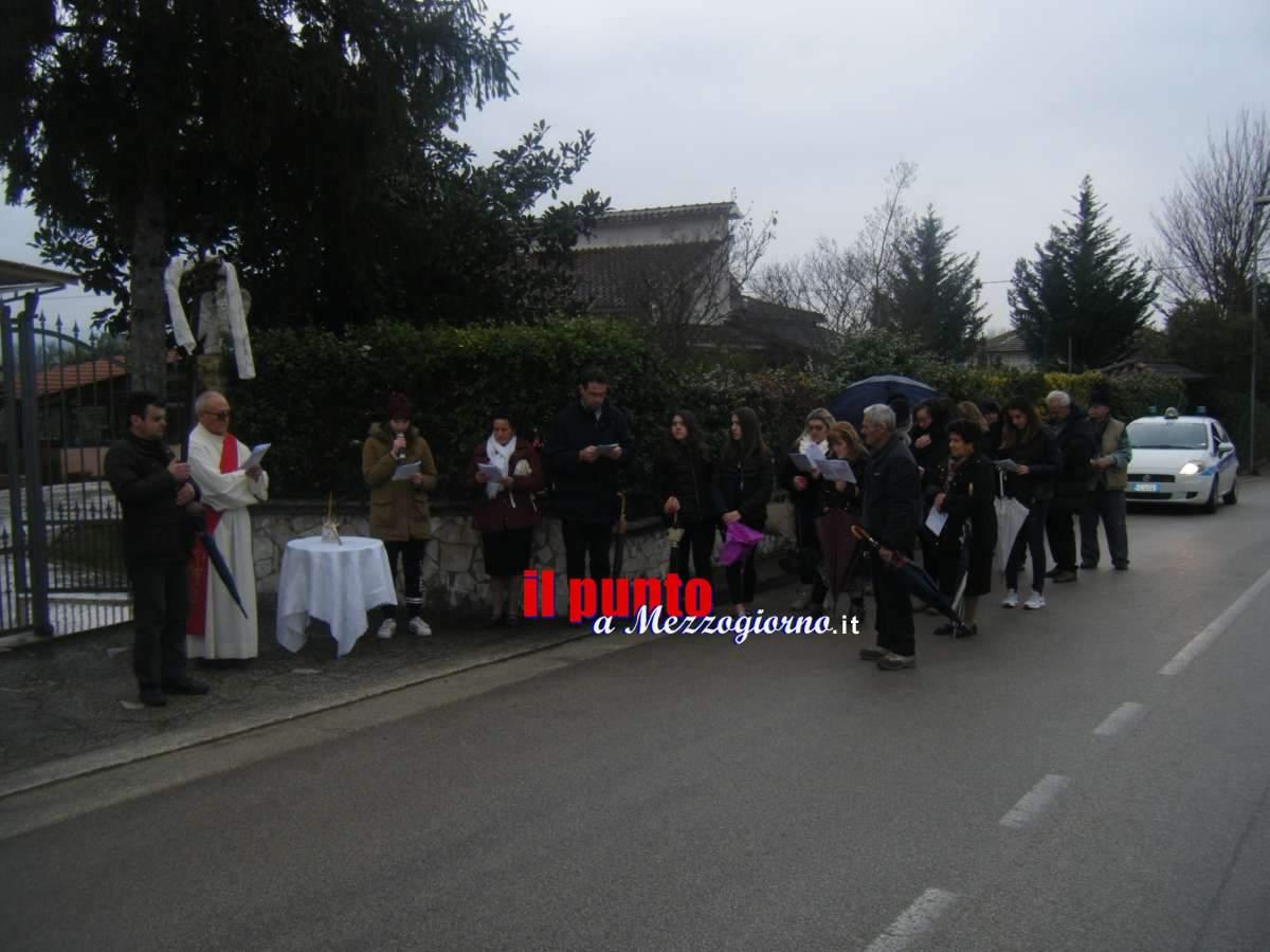 La pioggia non ferma la via Crucis in Largo don Bosco a Cassino – LE FOTO