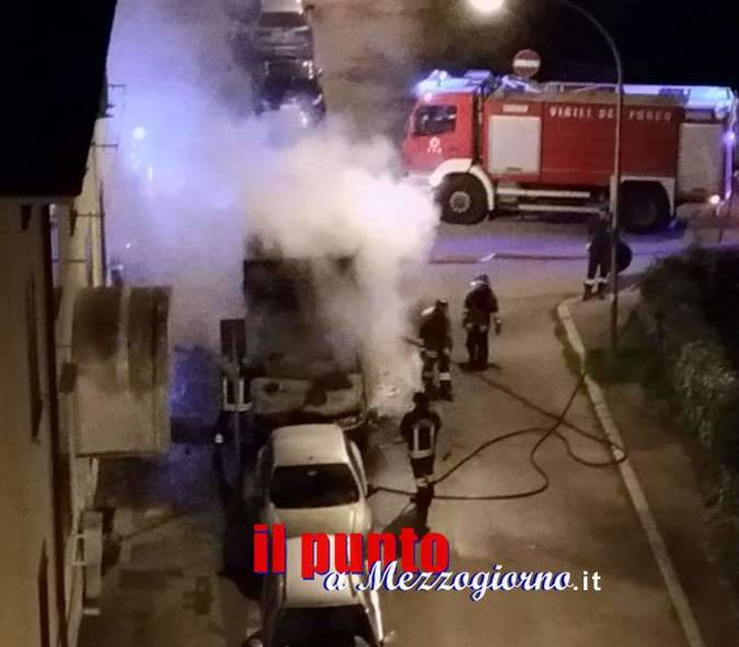VIDEO – Camion in fiamme in pieno centro a Cassino, paura tra i residenti