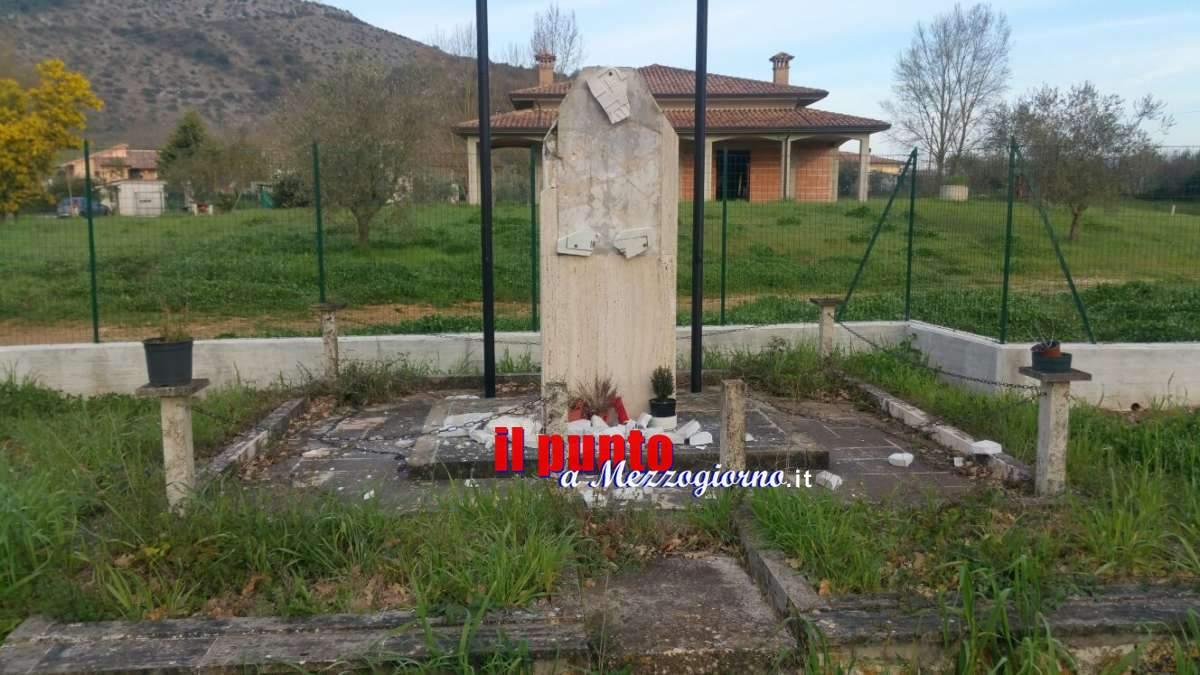 Non c'è pace per i monumenti ai caduti, distrutta la targa a ricordo delle truppe Marocchine