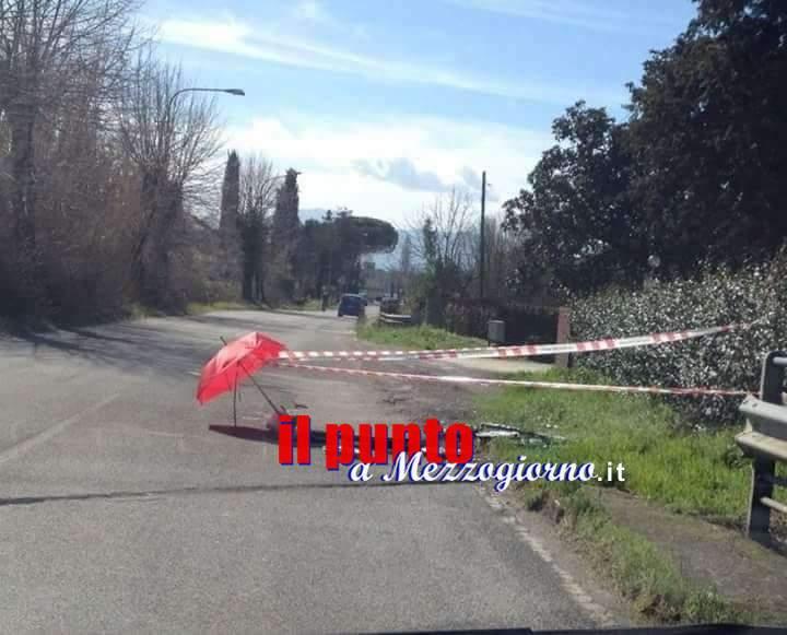 Ombrelli rossi su via Sferracavallo a Cassino per segnalare il pericolo buche
