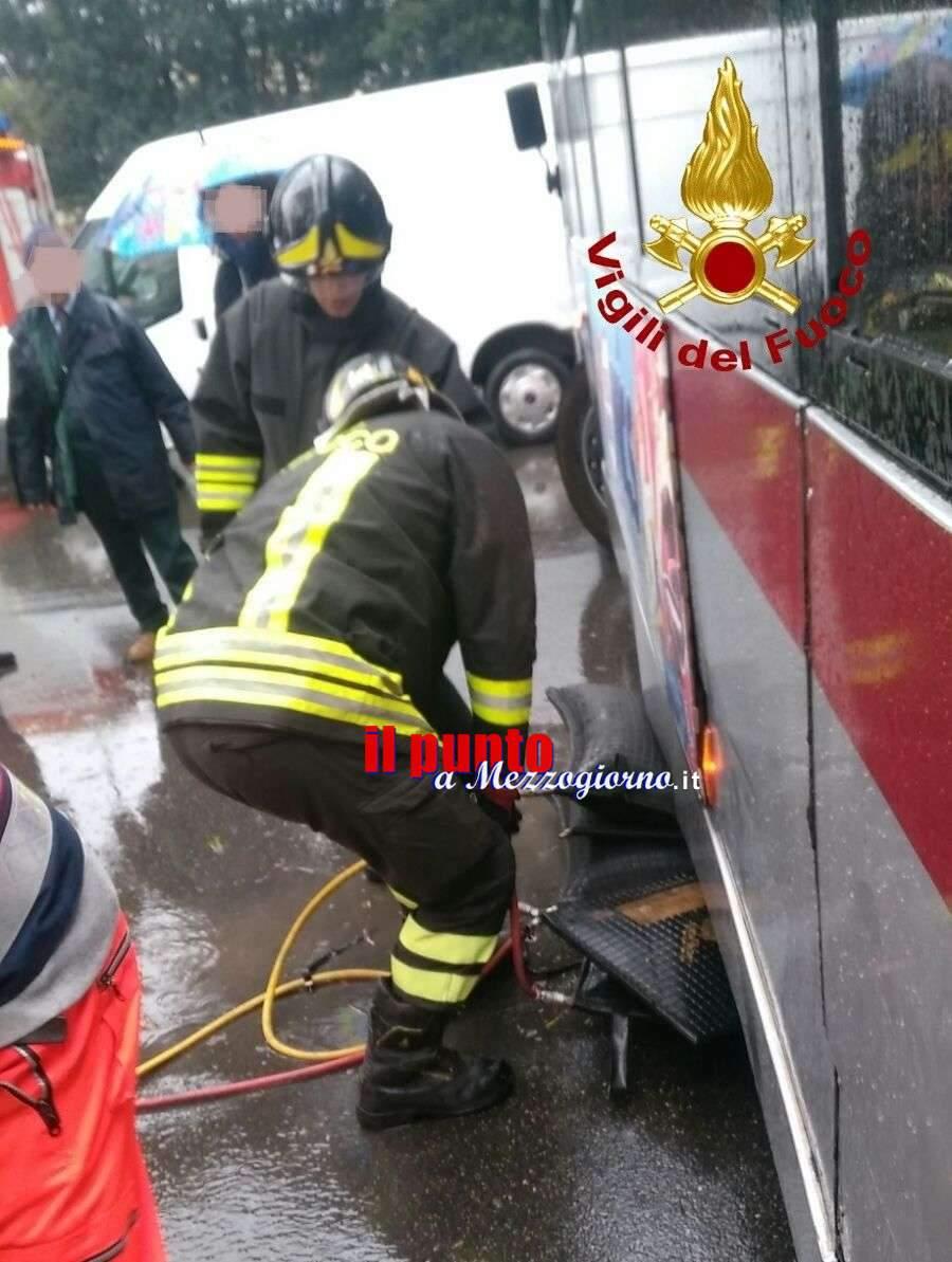 Incastrata sotto l'autobus a Roma, 25enne salvata dai vigili del fuoco