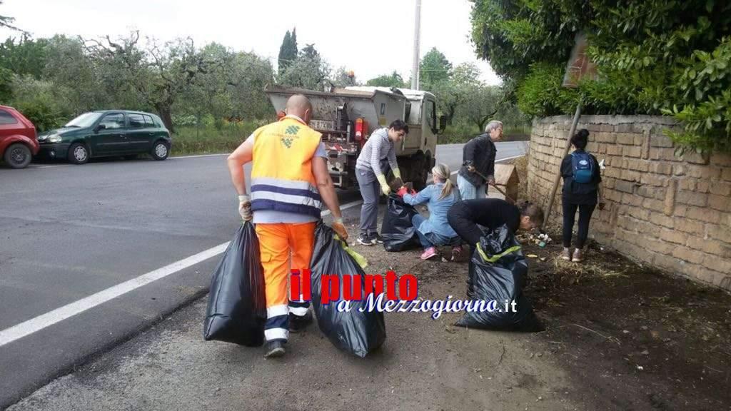 Volontari al lavoro per ripulire area in cui vive un branco di cani a Velletri