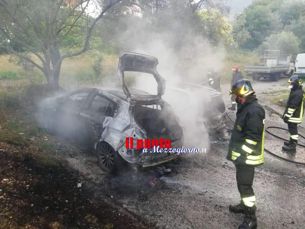 Auto in fiamme a Piedimonte, due vetture distrutte davanti ad una casa