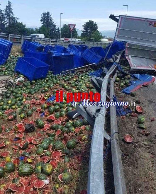 Cocomeri e rottami sull'asfalto, chiuso lo svincolo autostradale a Frosinone