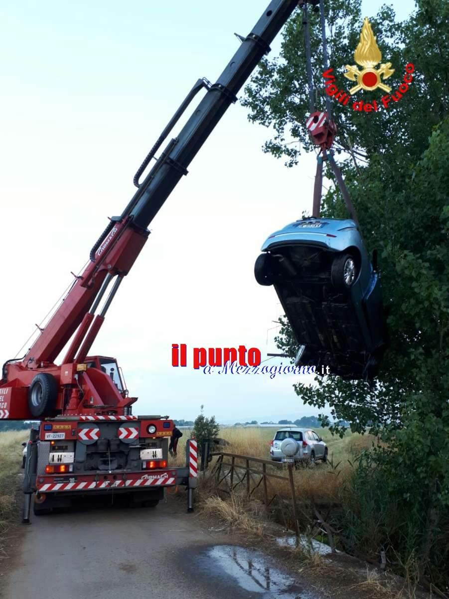Sbandano e finiscono con l'auto in un canale, due ragazze salvate dai Vigili del fuoco di Latina