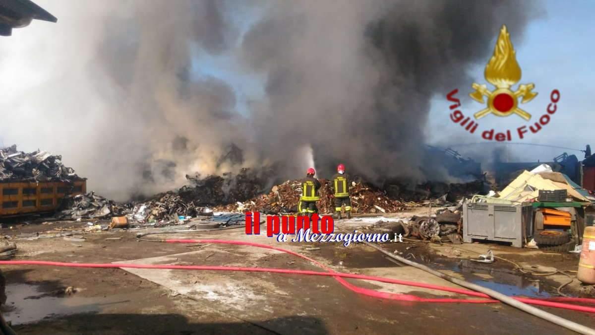 FOTO E VIDEO – Autodemolitore in fiamme a Civitavecchia, fiamme altissime e allarme inquinamento ambientale