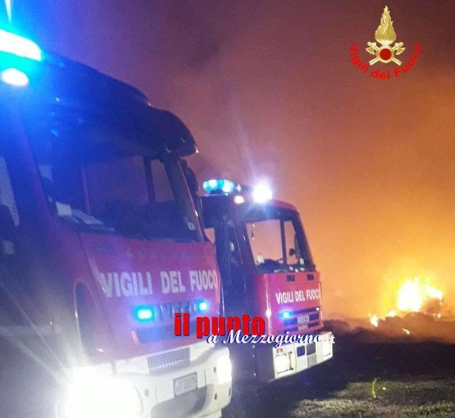 Inferno di fuoco nel fienile, in fiamme 200 balle di fieno