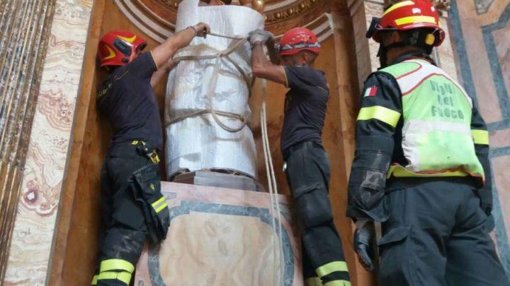 Dopo il crollo del tetto a San Giuseppe dei Falegnami, ora i vigili del fuoco recuperano le opere d'arte