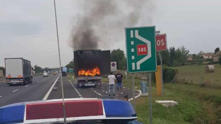 Camion in fiamme sull'autostrada Roma Napoli