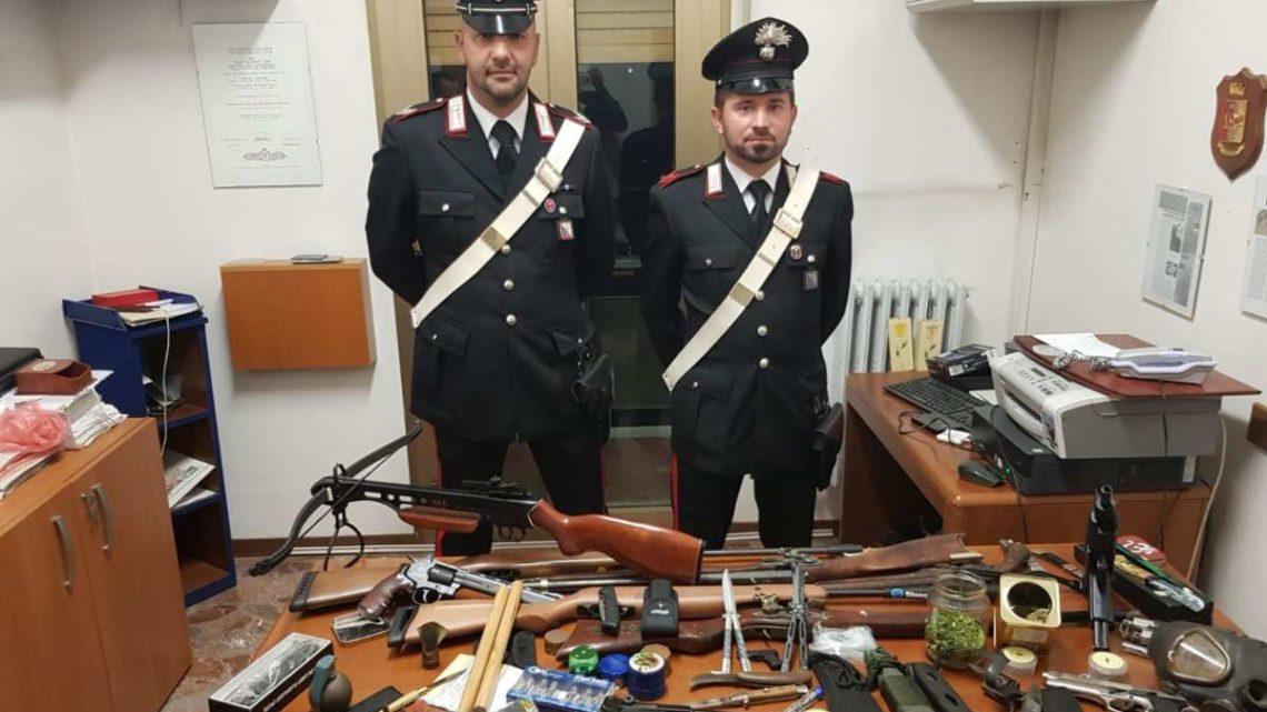 Cercano una ragazza e trovano un arsenale, arrestato 22enne a Torre Cajetani
