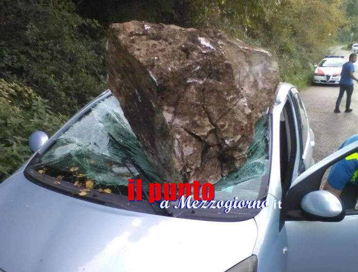 Macigno si stacca dalla montagna e centra un'auto in transito