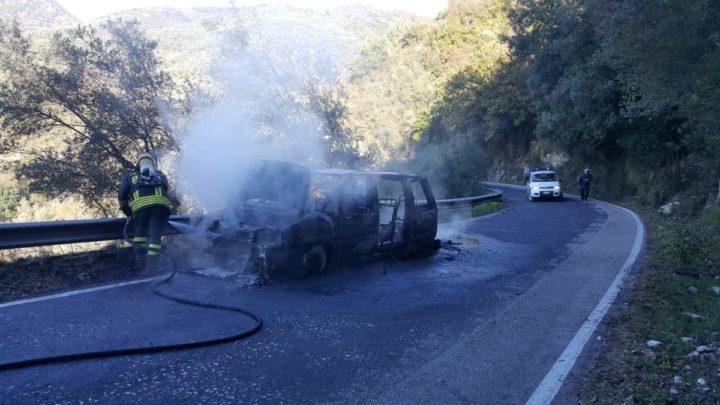 Macchina in fiamme sulla strada per Vallerotonda, salvo anziano alla guida