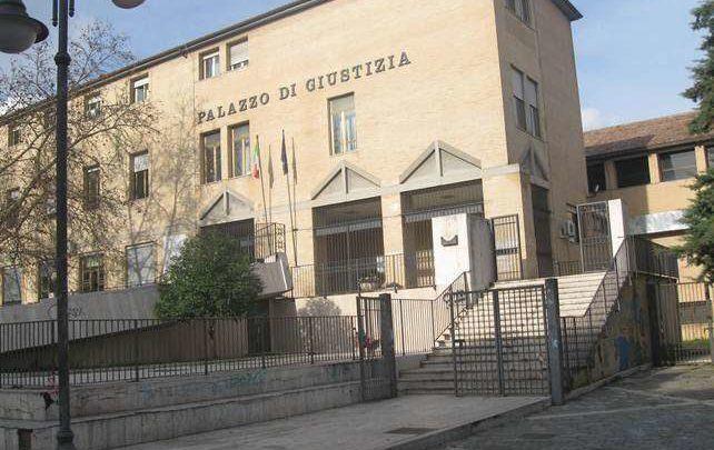 Saluto fascista e bandiera Repubblica Sociale su monumenti ai Caduti a Cassino, in tre sotto processo