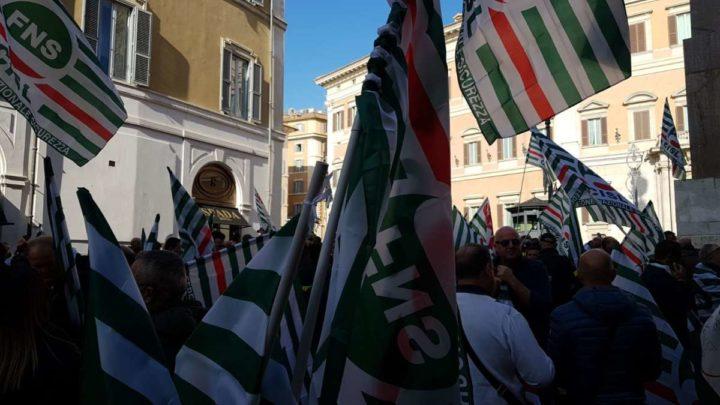 Sicurezza, vigili del fuoco e agenti penitenziaria a Montecitorio per chiedere rispetto della dignità
