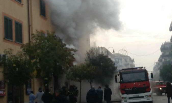 Gioielleria in fiamme a Cassino, panico in centro