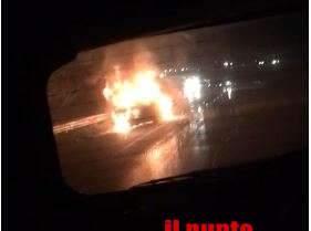 Paura alla rotatoria di via Casilina nord per l'incendio di un'auto