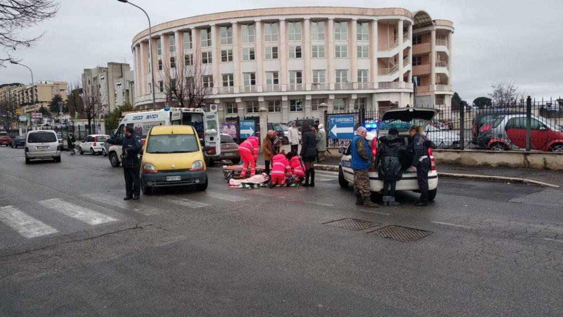 VIDEO – Investita sulle strisce a Velletri, 70enne aspetta ambulanza per 50 minuti stesa sulla strada