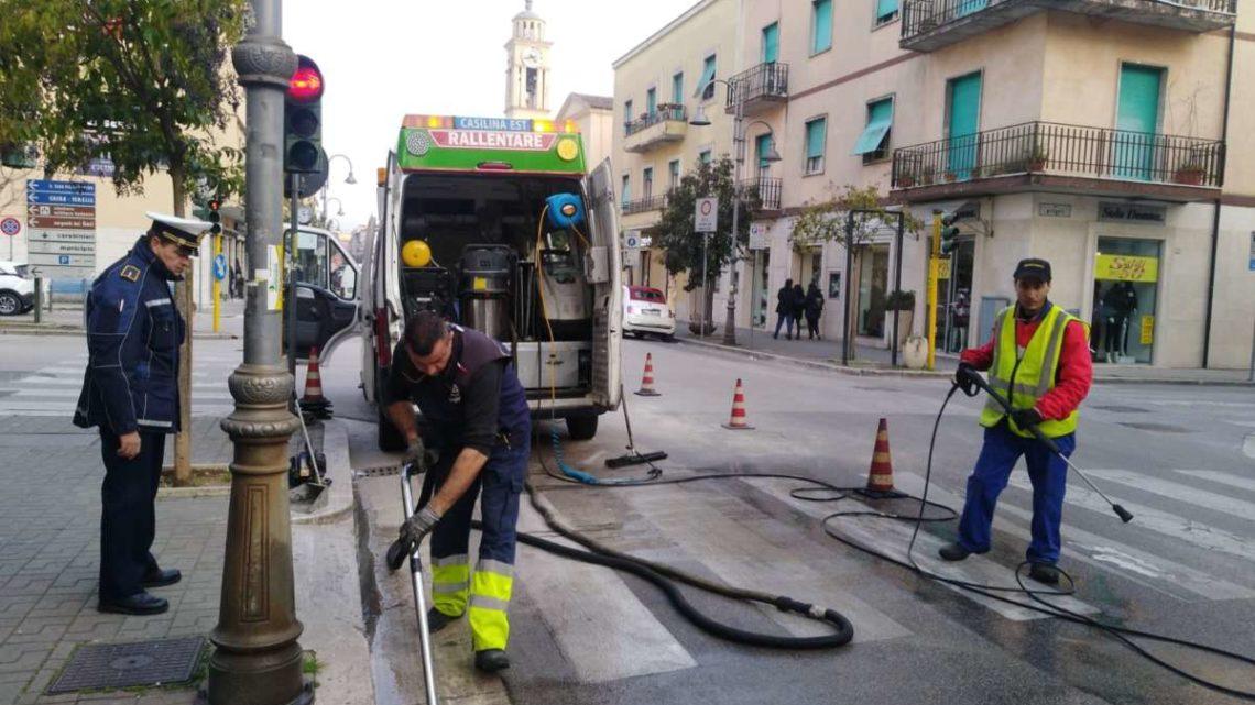 Cassino, grossa perdita di gasolio in Corso della Repubblica. Municipale a caccia del responsabile