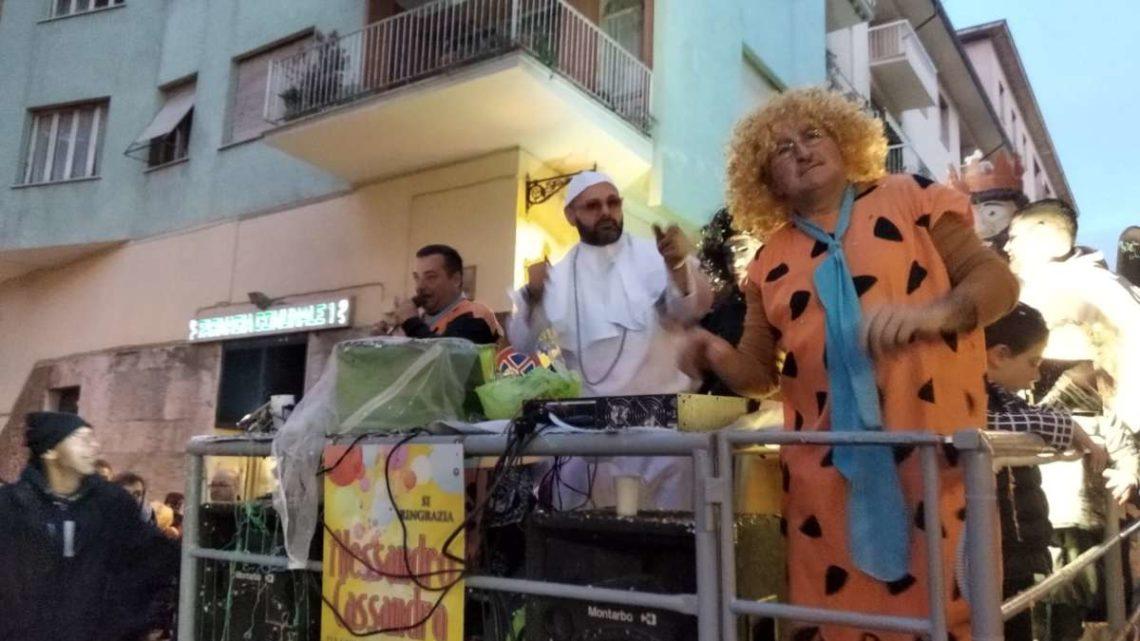 Carnevale a Velletri in foto, Puffi, Batman e Fred Flintstone ballano sulla musica di un Papa Dj