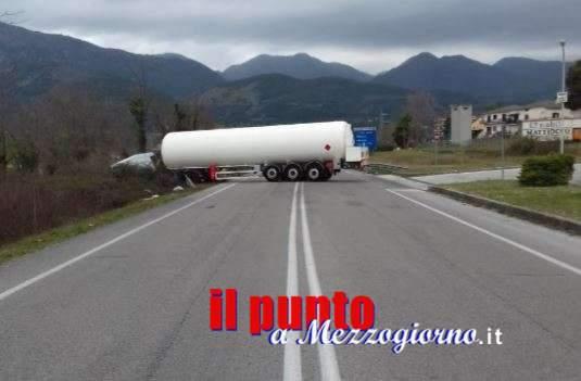 Sbanda autocisterna di carburante, chiusa superstrada Cassino Sora