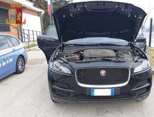 Fermato in A1 30enne ucraino su una Jaguar con documenti contraffatti, denunciato dalla Polstrada