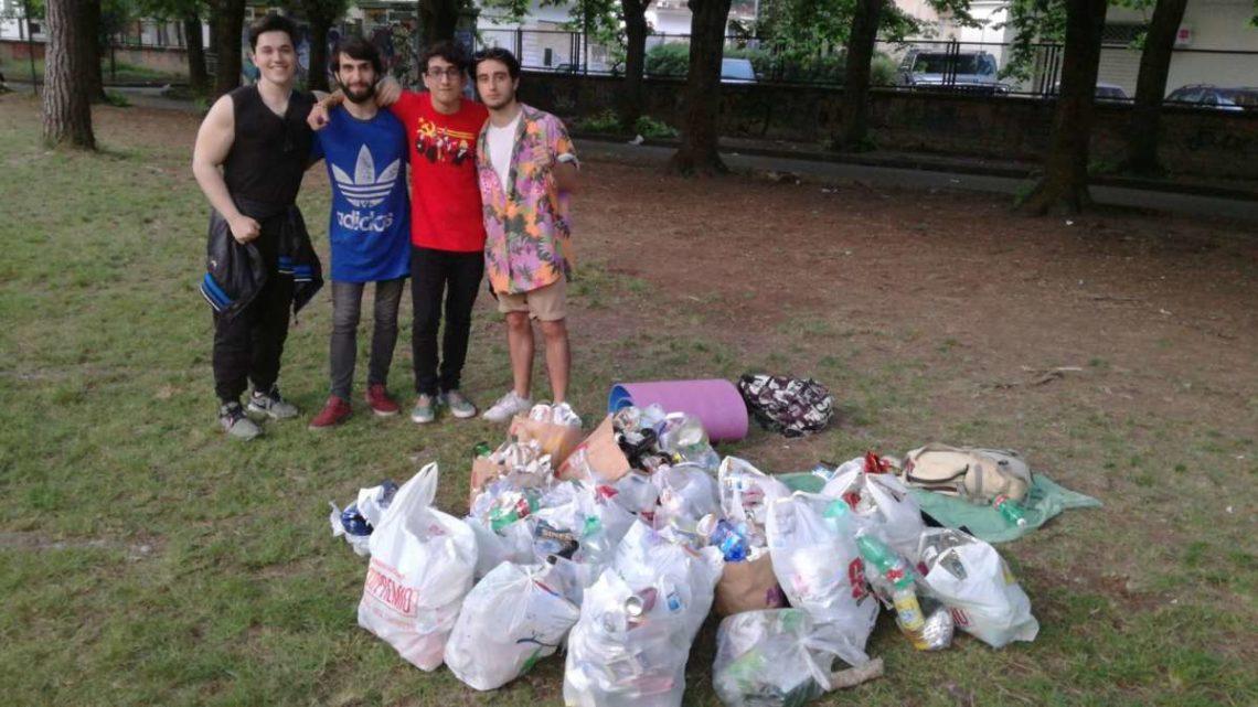 Quattro amici  rimediano all'inciviltà e all'indifferenza raccogliendo i rifiuti lasciati nella villa comunale