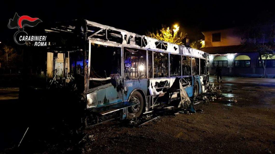 Bus Cotral distrutto da fiamme a Fonte Nuova, illesi i 20 passeggeri