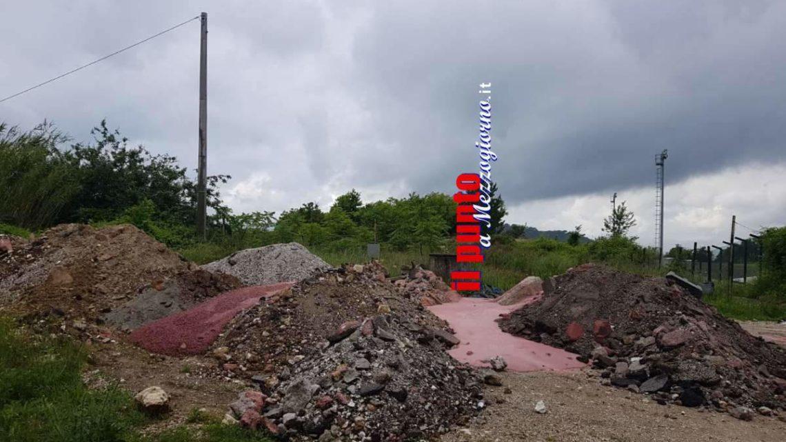 Discarica di rifiuti inerti a pochi passi dal campo sportivo di Cervaro