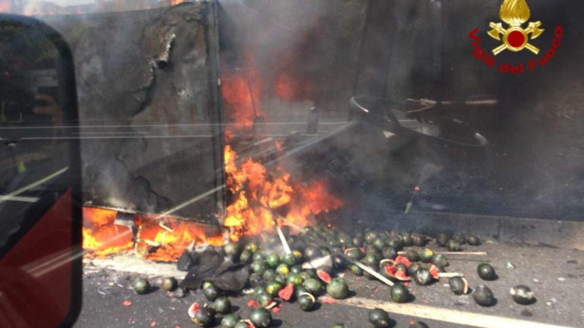 Camion di angurie in fiamme sull'A1