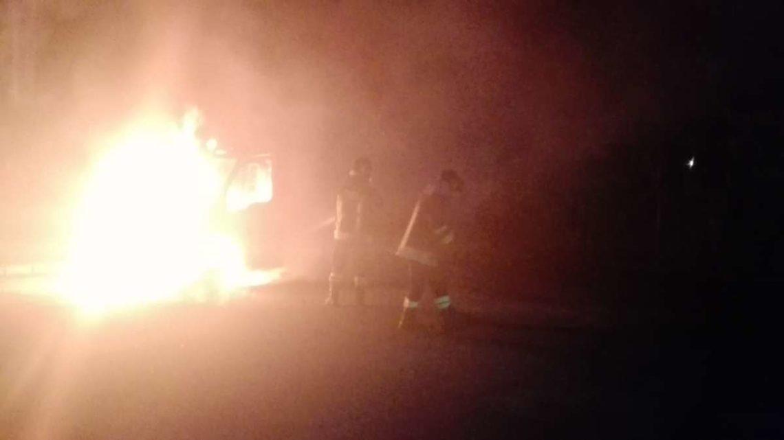 Fiamme dolose nel parcheggio di un'autocarrozzeria a Lariano, distrutto carro attrezzi