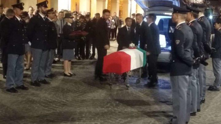 VIDEO – Poliziotti uccisi a Trieste, commozione a Velletri per il rientro della salma di Matteo