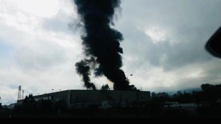 Capannone di aziende tessili in fiamme a Patrica, allarme inquinamento atmosferico