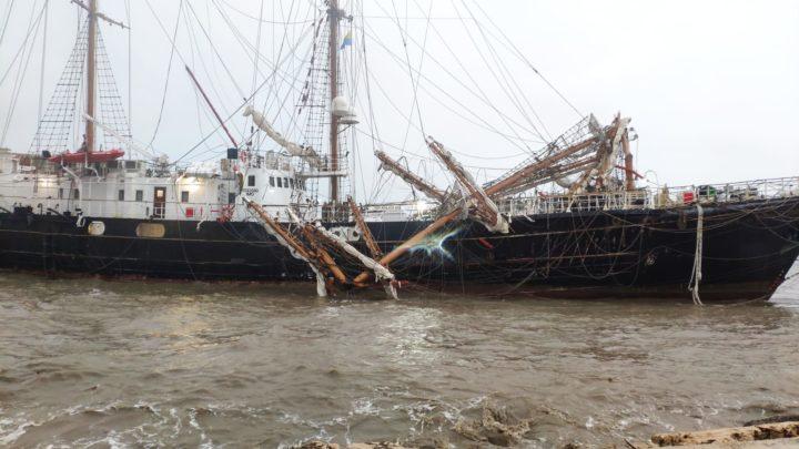 Maltempo: raffiche di vento e onde di 4 metri mandano alla deriva la Signora del Vento a Gaeta