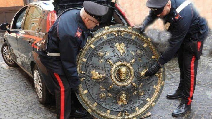 """I carabinieri ritrovano lo """"Scudo di Garibaldi"""", venne trafugato 20 anni fa dal museo del Risorgimento"""