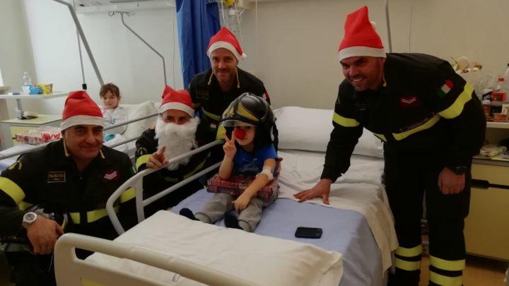 Vigili del fuoco Babbo Natale fanno visita ai bambini dell'ospedale di Frosinone