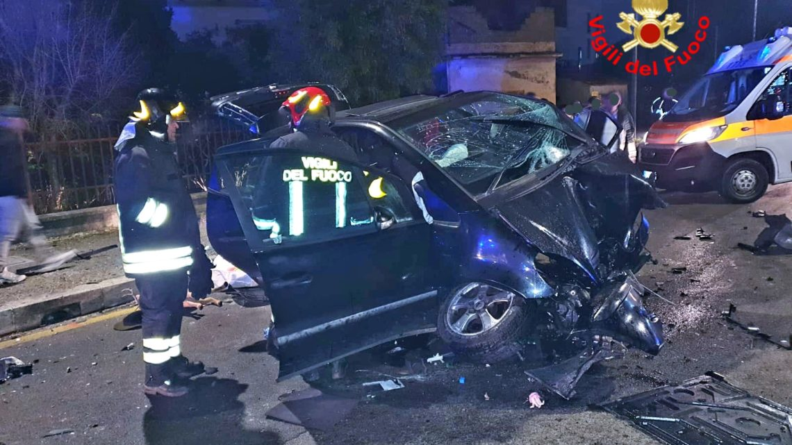 Incidente stradale a Fondi, due persone intrappolate nei rottami dell'auto