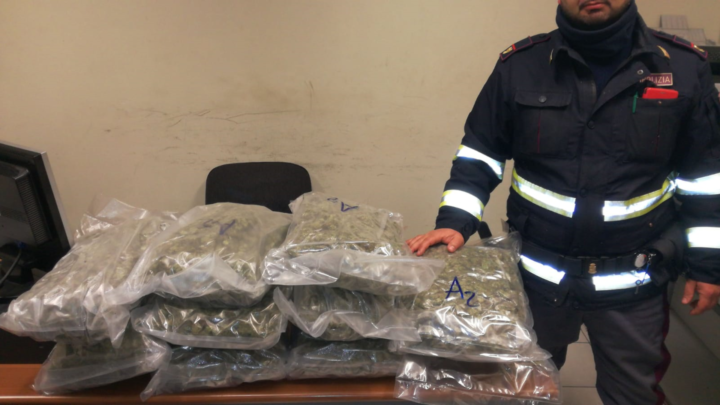 In auto con 10 chili di marijuana a Cassino, arrestata sull'A1 coppia di trafficanti