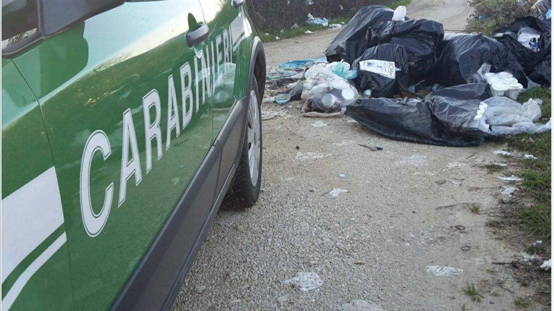 """Indizi tra i rifiuti abbandonati a Ferentino portano agli """"sporcaccioni"""", multe di 600 euro"""