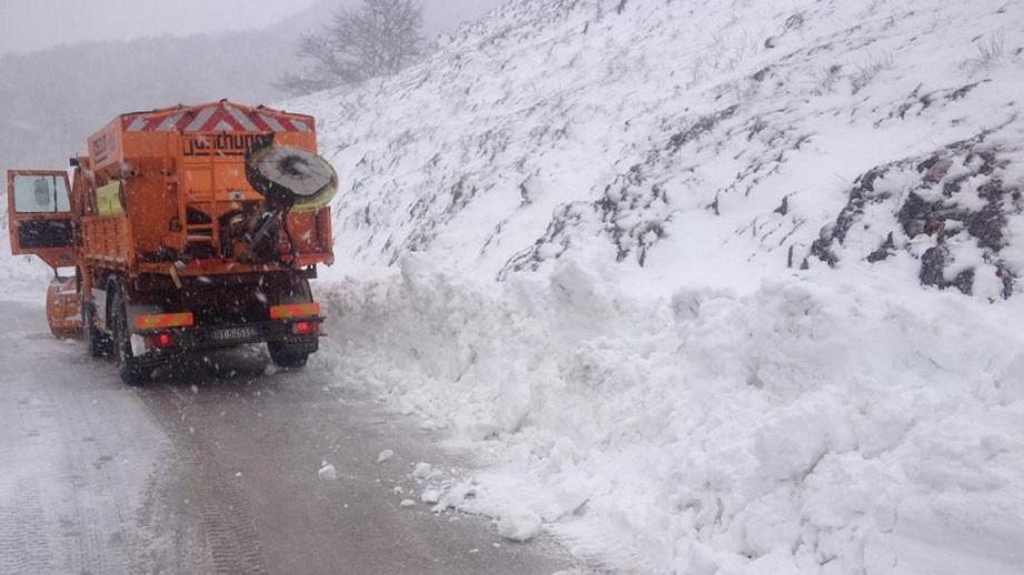 La neve fa cadere alberi sulla SS696 del Parco del Sirente-Velino, chiuso il transito ad Ovindoli