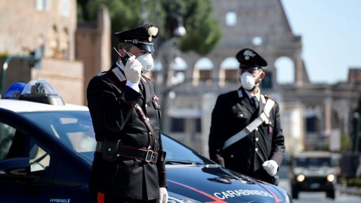Minacciato con una lama sul bus per aver invitato un passeggero a rispettare le distanze anti covid, carabinieri arrestano 25enne