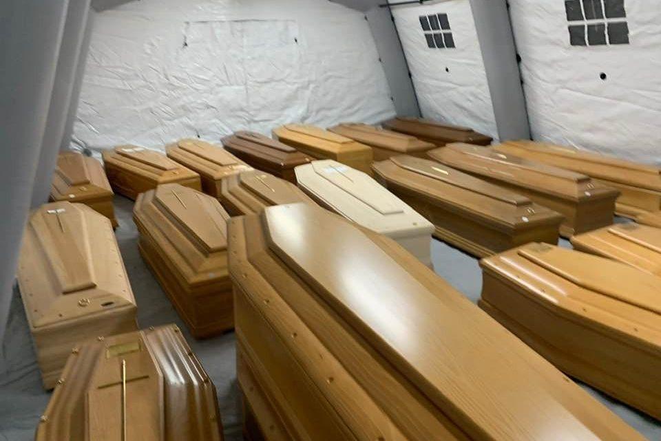 Morire al tempo del Coronavirus, sei Regioni dettano nuove disposizioni per sepolture. Salme avvolte in teli