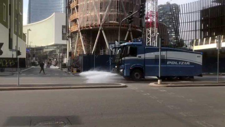 Milano – Gli idranti della polizia per sanificare le strade