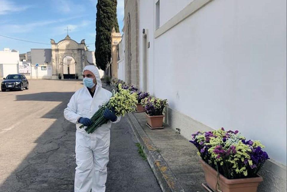 COVID-19 SALENTO. Leverano, i fiori invenduti donati ai defunti per pietas.