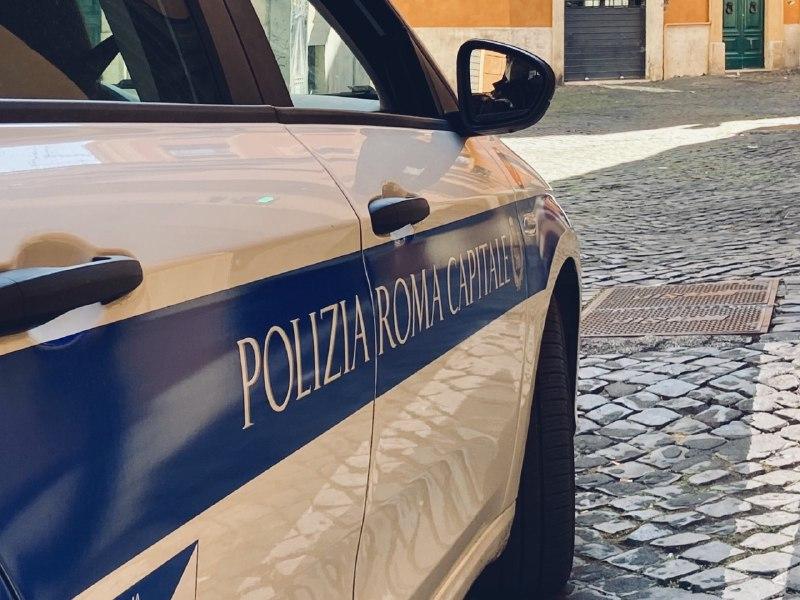 Roma – Tenta di aggredire i passanti con urla e sputi a Piazza Navona, arrestato dalla Polizia Locale
