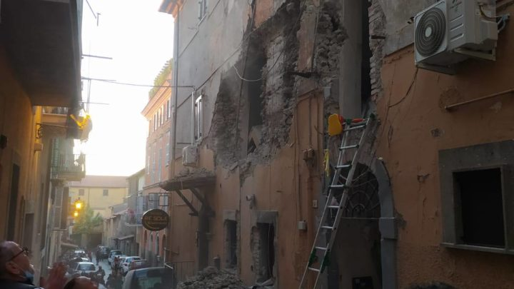 Mamma e figlia di 4 anni ferite in esplosione palazzo a Marino, grave una terza donna